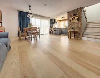 Jesion biały podłoga drewniana realizacja w salonie zdjęcia