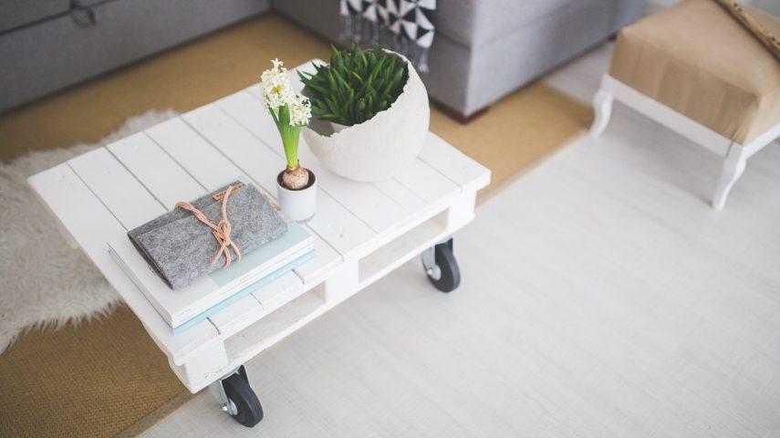 bielona biała) podłoga drewniana we wnętrzach