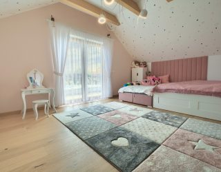 Dąb Pure podłoga Venifloor w różowej sypialni dziecięcej